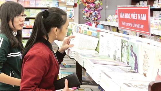 Người trẻ chọn mua sách